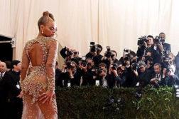 Голая правда: зачем женщины носят откровенные наряды