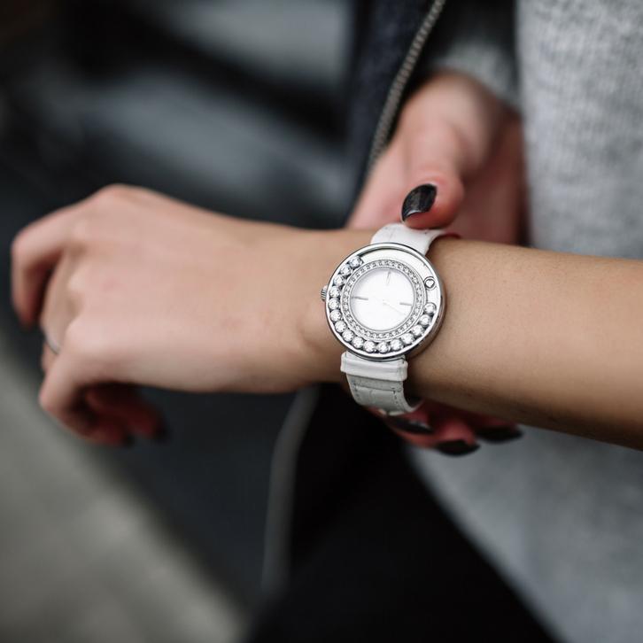 В образ Близнецов прекрасно вписываются перчатки, часы и браслеты, кольца, тату на руках