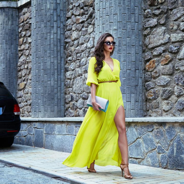 Вечернее платье с разрезом, высоким до неприличия, сделает их образ просто сногсшибательным