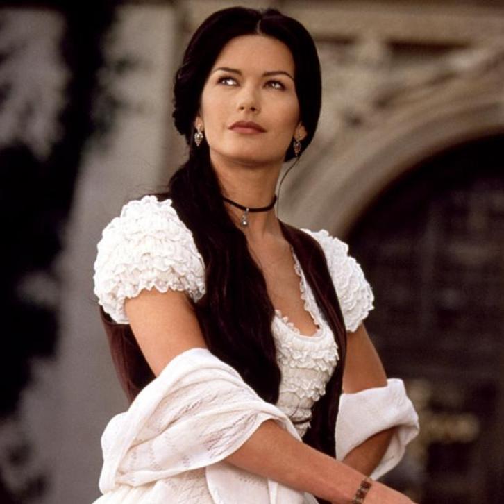 Кэтрин повезло и она попалась на глаза Стивену Спилбергу, который, как добрая фея, обеспечил ей роль в картине «Маска Зорро». Кадр из фильма «Маска Зорро»