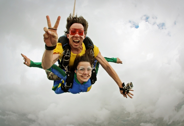 Выбрать подарок для авантюристов, которыми, собственно, и являются Близнецы, будет, ой, как непросто. Чтобы не прогадать, делайте ставку на впечатления. Романтический уикенд за границей, учебный полет на самолете, курсы экстремального вождения, полет на воздушном шаре, прыжок с парашютом, верховая прогулка — ваш полет фантазии зависит только от бюджета, ведь индустрия развлечений готова исполнить любой ваш каприз