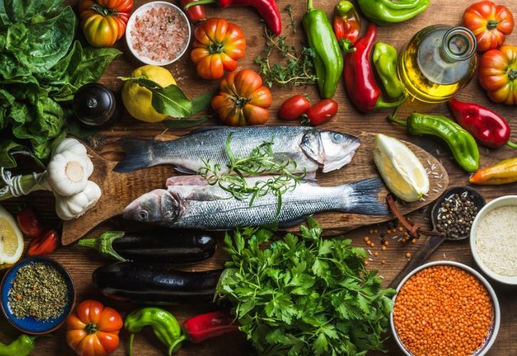 Рыбам придется по вкусу флекситарианская диета. В ее основе вегетарианские блюда, изредка разрешается стейк. Эта диета отличается интересным подходом к распределению калорий. К примеру, при плане питания на 1500 ккал в день, 300 ккал идет на завтрак, 400 – на обед, 500 – на ужин. Есть еще два перекуса: второй завтрак и полдник по 150 ккал.