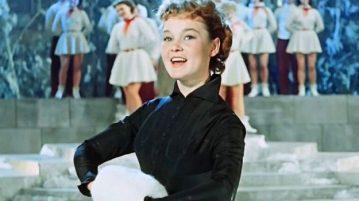 """Людмила Гурченко получила от жизни все, о чем мечтала — роли, известность, любовь публики. Единственная роль, в которой она так и не смогла раскрыть свой талант — роль супруги и матери. Поклонникам казалось, что она живет так же легко и красиво, как юная Леночка из """"Карнавальной ночи"""", но на самом деле это было не так."""