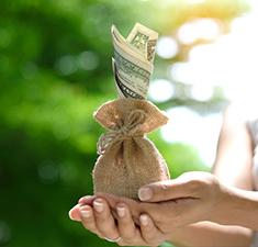 Привлечение денег иудачи спомощью свечей илаврового листа